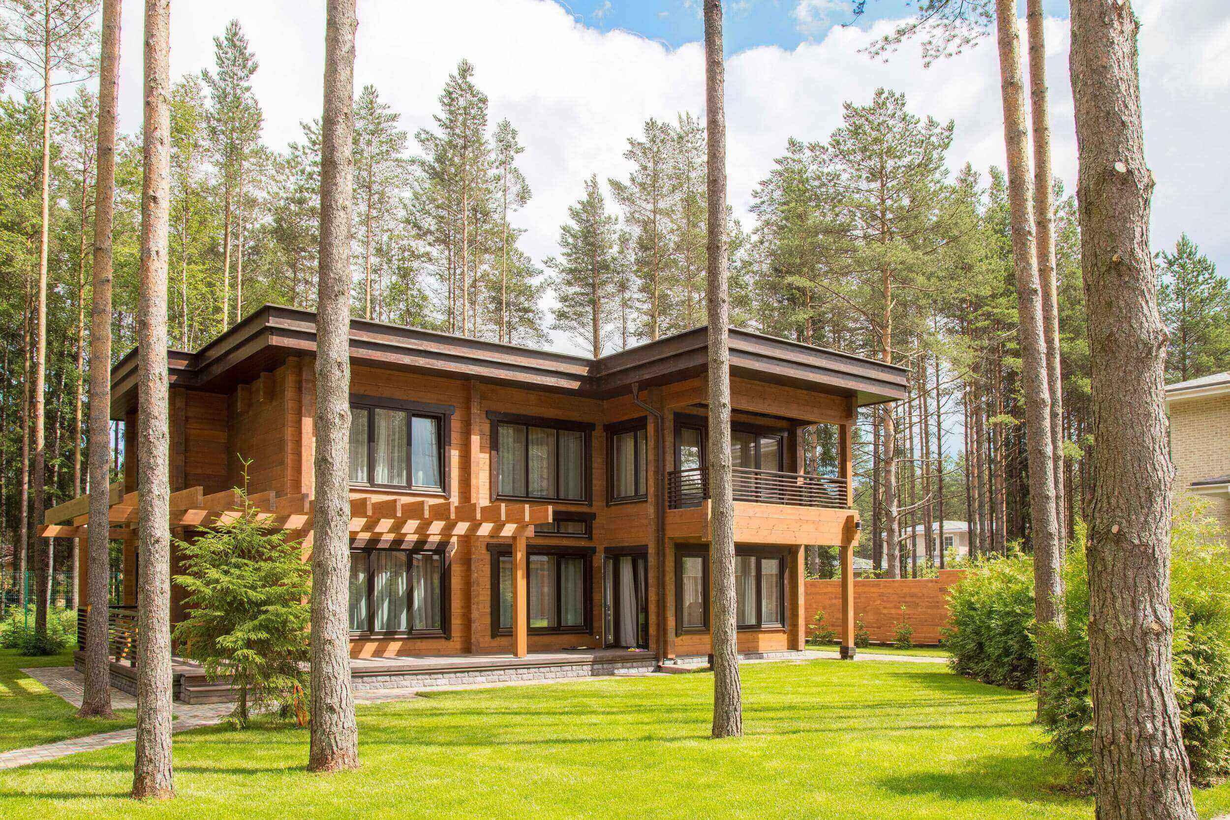 Построенный деревянный дом из клееного бруса